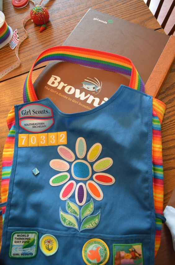 Daisy Smock Bag: Don't know what to do with your daughter's Daisy smock once she moves on to Brownies? Make the Daisy smock into a bag! It was quick and inexpensive to make. It is a perfect fit for the new Girl Scout binders too. We are presenting to each girl in our troop at their bridging ceremony.: