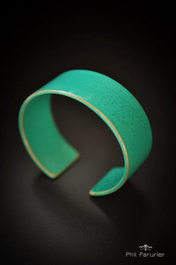 bracelet bleu vert, vernis bijoux en bois contemporain. wood bracelet, wooden jewelry  contemporary jewelery