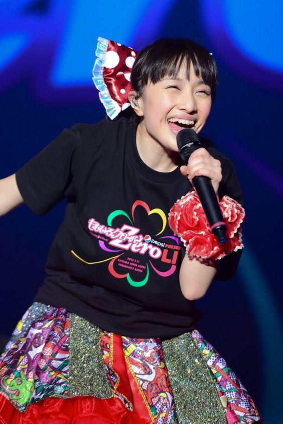 笑顔で歌う百田夏菜子