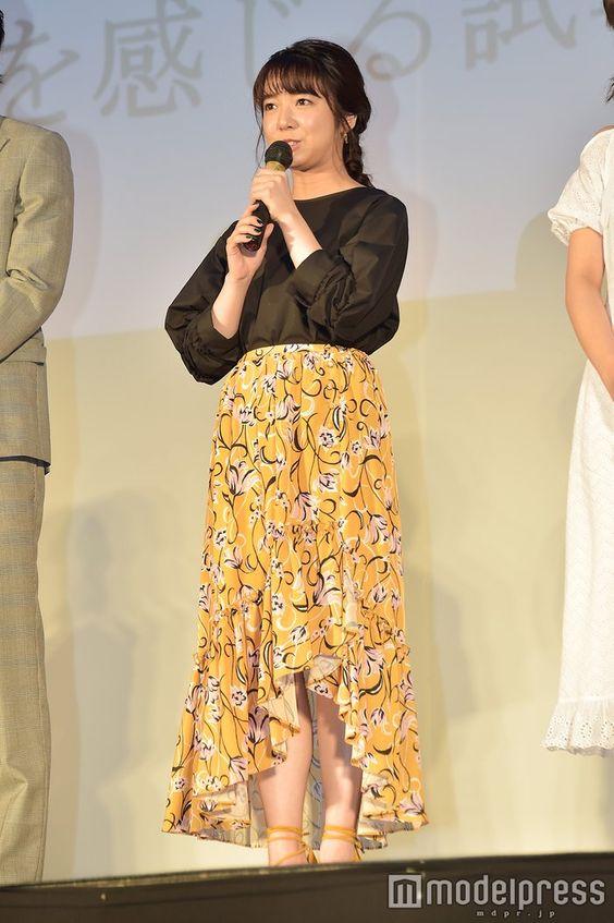 黄色スカートの上白石萌音
