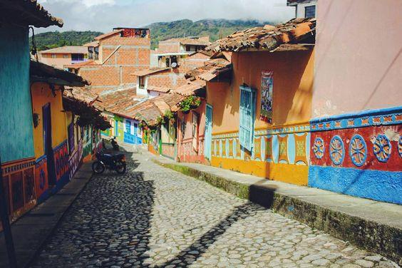 """Вернемся на несколько кадров в наш красочный """"детский сад"""" разросшийся до размеров деревеньки:) В Гуатапе мы невольно вспоминали Сан Кристобаль (Чьяпас Мексика) и понимали  что скучаем ходили вздыхали и улыбались. Странным образом иногда даже запахи -совершенно идентичные - заставляли вынуть из сердца свою любовь к СанКрису и снова подержать ее в руках. #Guatape #aroundtheworldmoments #Colombia"""