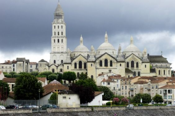 With its Roman ruins, cathedrals, mansions and neighborhoods that we discover over it's Isles, the capital of Perigord transports us through the centuries. City is also an historical gourmande, Périgueux is also known as the city of foie gras, truffles, specialist and bastion of Perigord sauce.
