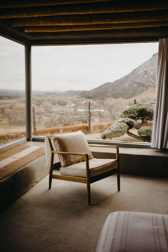 La chambre offre une vue imprenable sur la nature par les vastes fenêtres créées par Georgia O'Keeffe lors de son installation définitive dans le ranch.