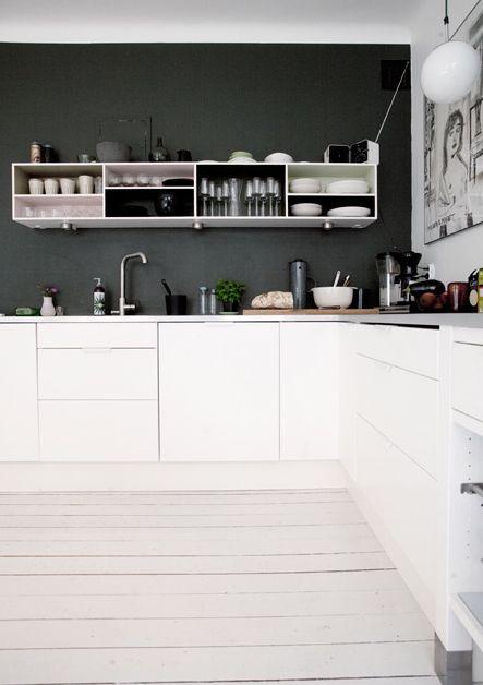 Weiße Küchenelemente mit grauer Wand. Sehr stylisch.