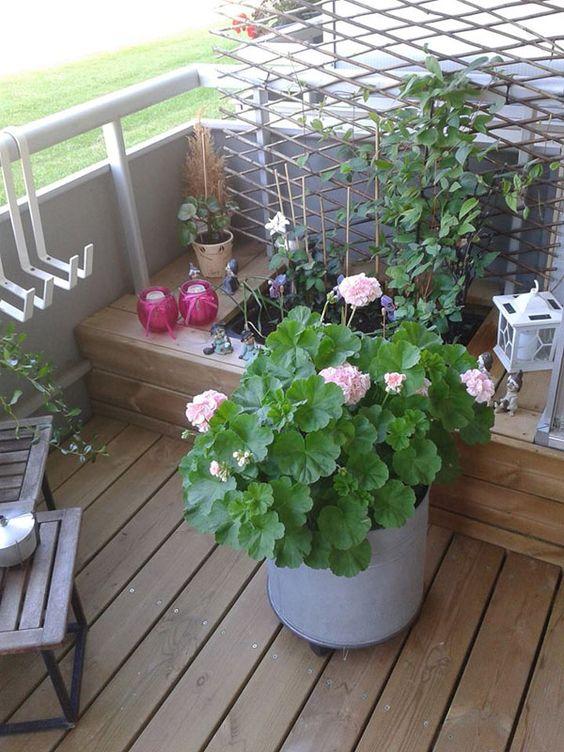 Bænken har både plads til planter og opbevaring #balcony #diy for ...