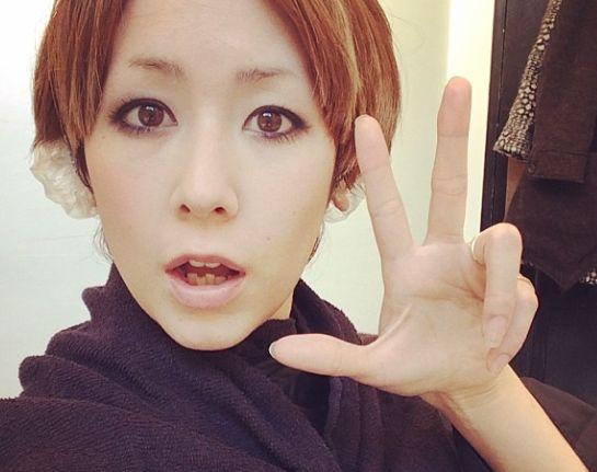 前髪をセンター分けにする木村カエラ