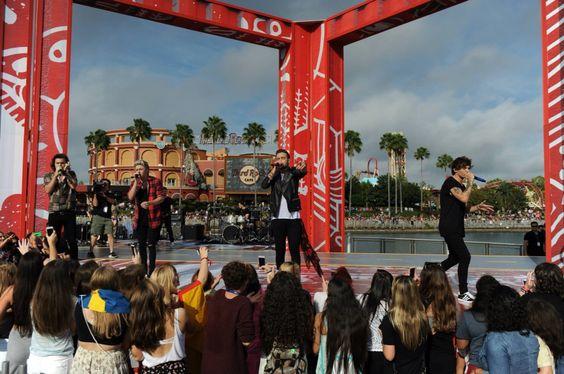 1D performing in Orlando