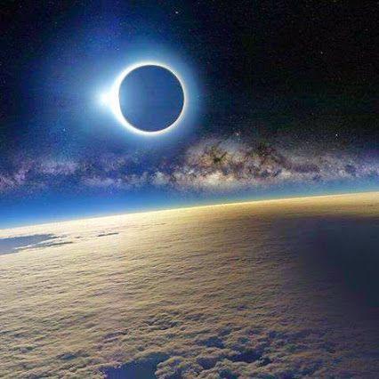 Eclipse solar visto desde el espacio  Lindo Planeta Terra
