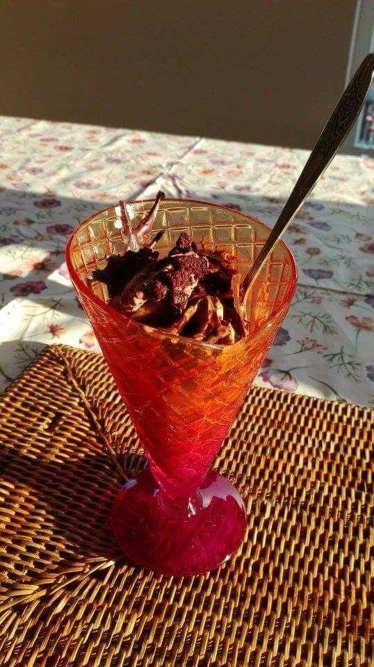 Lekker dessert! Gemaakt met chocolade mousse, chocolade ijs en stukjes chocolade!