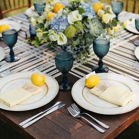 Noivinhas, olhem que ideia legal! Fitas e rendas para a mesa dos convidados. Criativo, delicado e romântico. Pode ser para a mesa dos noivos apenas, se der muito trabalho! ? Ideias do casamento da Mumu e Guto que está no #lapisdenoiva ♥️ #amolapisdenoiva #casamentodedia #detalhes #decor #weddingday {foto: LabNeto | decor: Omelette Eventos}