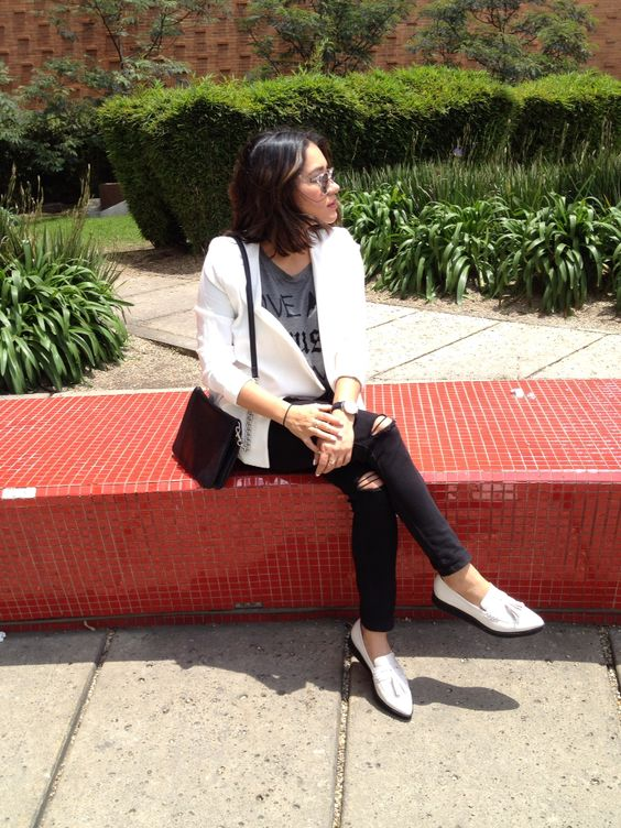 White blazer, ripped black jeans and pointed shoes