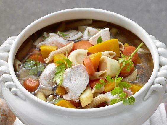 Hühnersuppe nach Großmutters Art - smarter - mit viel Gemüse und Vollkornnudeln - smarter - Kalorien: 512 Kcal - Zeit: 1 Std. 10 Min.   eatsmarter.de