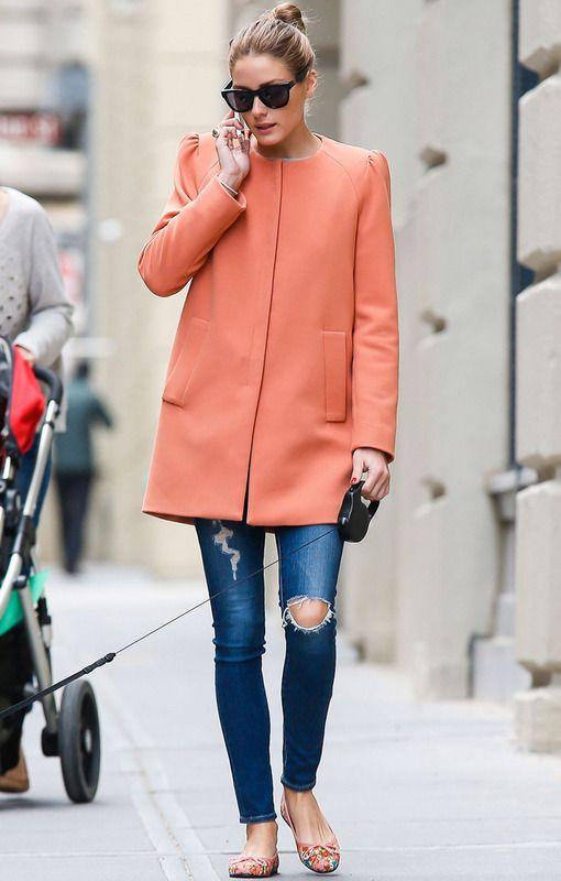 Olivia Palermo con abrigo naranja de Zara, pitillos y bailarinas estampadas, perfecta