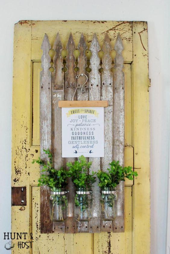 vieux barreaux de cloture assemblé. fixez y vos pots de fleurs.