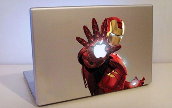 Macbook com adesivo Iron Man