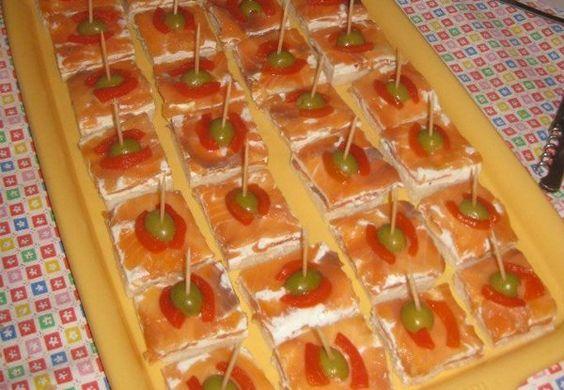 Receta de Pinchos de salmón ahumado en http://www.recetasbuenas.com/pinchos-de-salmon-ahumado/  Prepara unos ricos pinchos de salmón ahumado. Llámalos entrantes de salmón, canapés o montaditos de salmón ahumado pero serán ideales para el verano. #recetas #Tapas