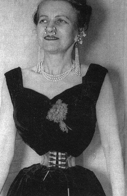 Етел Грейнджър от Англия имаше най-малката размери на талията в днешно време за жена с нормален ръст. На тази снимка от 1959 г. нейните измервания бяха 36-13-39.  Тя имаше пробит нос, който трябваше да е много необичаен през 50-те години.  това е странно