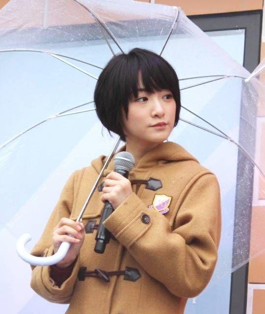 傘をもちマイクを持っている生駒里奈