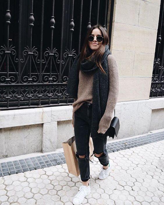Calça destroyed jeans preta + tricô gifa beige com tênis ! Casual, inverno , look confortável e fashion!: