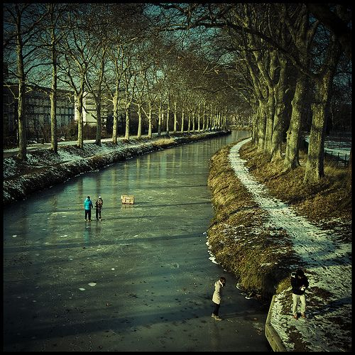 Marcher sur l'eau frozen canal