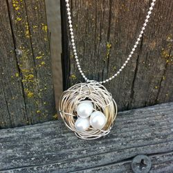 This adorable bird nest pendant takes very little time to make, and you can customize it to fit your style!: Cute Birds, Diy Birdnest, Diy Birds, Diy Necklace, Bird Nests, Bird Nest Necklace, Bird S Nest, Birdnest Necklace