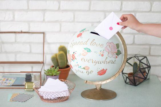 Mariage : utiliser un globe comme urne pour une décoration esprit voyage