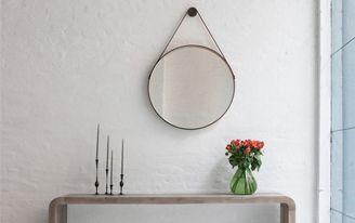 <p>Super conhecido de quem acompanha o blog, o espelho capitão é presença garantida nos projetos mais lindos, especialmente de referência escandinava.O modelo é redondo e pendente, seguro na parede por uma tira de couro que pode ser ou não amarrada na parte central. E o melhor é que além de …</p>
