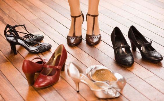 Não existe mulher no mundo que não tenha comprado - pelo menos uma vez na vida - um sapato lindo de morrer que, apesar de ser o seu número, ficou super apertado? Saiba que existem alguns truques caseiros que podem te ajudar a alargá-los. Dá só uma ol - Veja mais em: http://www.vilamulher.com.br/moda/acessorios/como-alargar-sapatos-23401.html?pinterest-mat