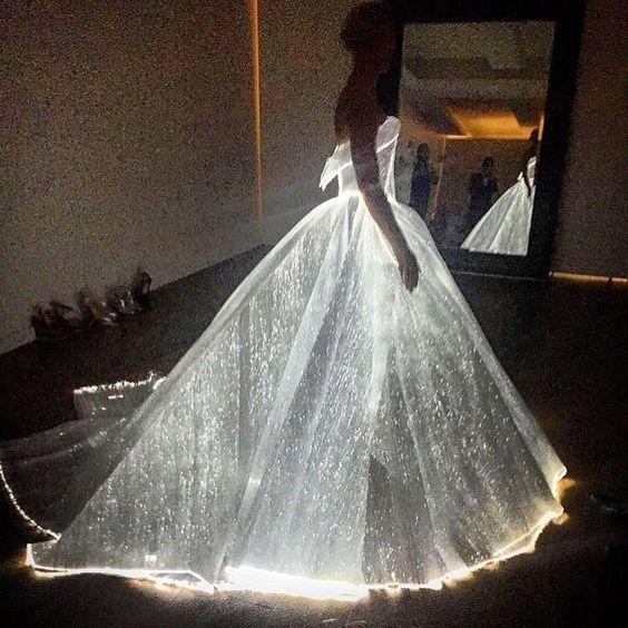 """Instagram'da @mizu: """"Modern peri masalı #MetGala dün gece ManusxMachina: Fashion In an Age Of Technology temasıyla gerçekleşti. #ZacPosen'in #clairedanes için tasarladığı karanlıkta parlayan bu elbise ise favorimiz oldu❤️"""""""