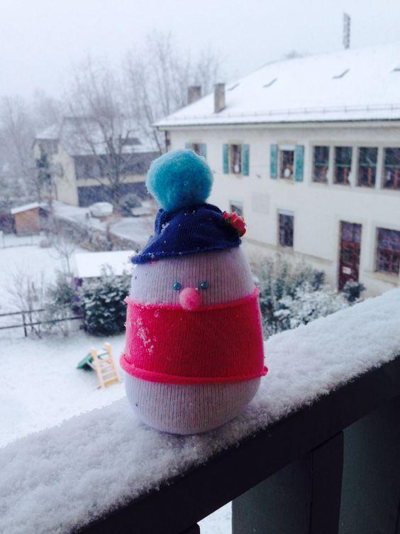 La neige tombe, alors rien du mieux que faire bricolage!  Aujourd'hui les filles ont appris à faire un bonhomme de neige drôle!!!