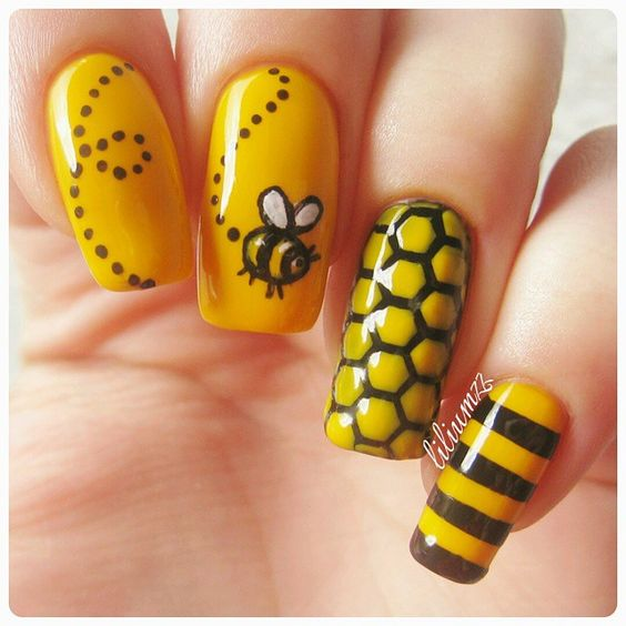 Bzzzzzz!!! #summernails!  @maybellinenorge 'Electric Yellow'  @maybelline 'Black to the Basic'  Honeycomb vinyl from @whatsupnails #whatsupnails #maybellinecolorshow #maybelline #maybellinenorge @liliumzz
