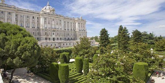 Jardines de tipo clasicista creados en los años treinta en el lugar que ocupaban las caballerizas construidas por Sabatini para el Palacio Real, de ahí el nombre. Situados frente a la fachada norte de