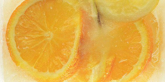tiefgekühlte Orangen, Zitronen und Limone beim Auftauen
