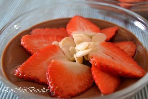 Crema de chocolate con fresas y almendra