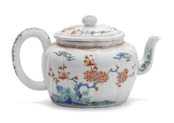 A Kakiemon teapot and cover 17th century (2):