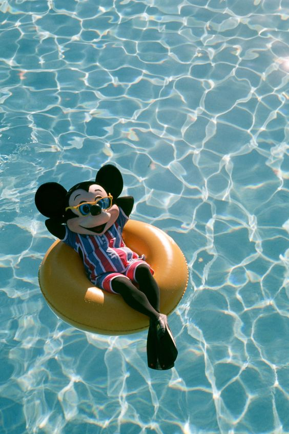 プールとミッキーマウス