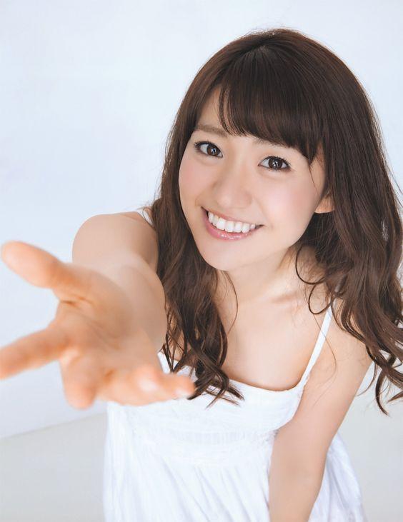 手を差し出す大島優子