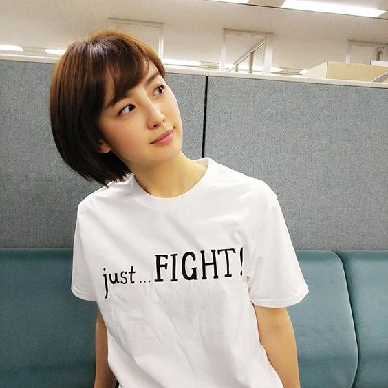 Tシャツ姿の宮司愛海