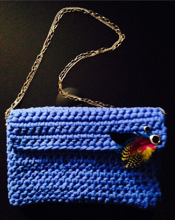 Azul eléctrico con plumas de color y cadena dorada para destacar allá donde vayas¡¡¡ #Trapillo #Bolsos #Azul #Plumas #Moda #Fashion #Trendy #Mujer #Color #Verano #Hechoamano