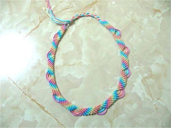 En este vídeo verán como hacer paso a paso un lindo collar de hilos con nudos macramé arco iris calados con relieves. Materiales: 12 Tiras de hilo de bordar ...