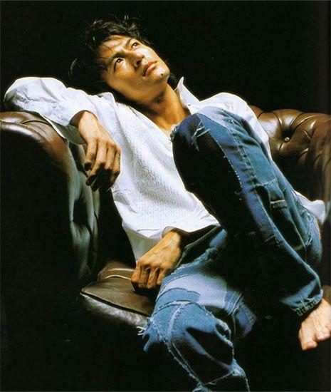 ソファに座って上を見上げる稲葉浩志