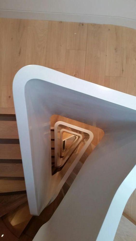 Espectacular escalera de 6 pisos con barandilla #HIMACS en edificio residencial en Londres