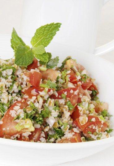 Receta de Taboulé o ensalada de couscous árabe - 10 Recetas de Comida para Llevar al Trabajo - El taboulé o taboulet es un plato típico árabe y, además, es una de las mejores recetas para llevar al trabajo. Se prepara en un momento y se puede dejar reposando...