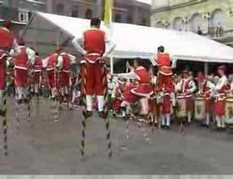 Vidéo fêtes de wallonie Namur 2007. http://www.echasseurs.org echasseurs echasseur echasses namur wallonie combat folklore steltenloper echassier stilts stil...