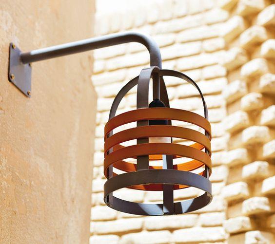 Applique lumineuse en fer : sa forme est inspirée des séchoirs à linge en bois utilisés autrefois dans les campagnes tunisiennes.