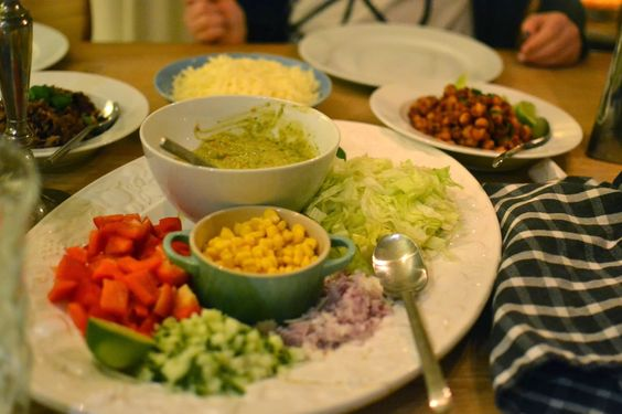 Læknirinn í eldhúsinu : Tacóveisla - heimagert guacamole, steiktar nýrnabaunir og heitar kjúklingabaunir og fullt af grænmeti