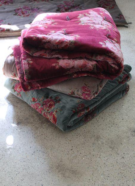 Bout de lit Rosy velours bleu, gris et Framboise