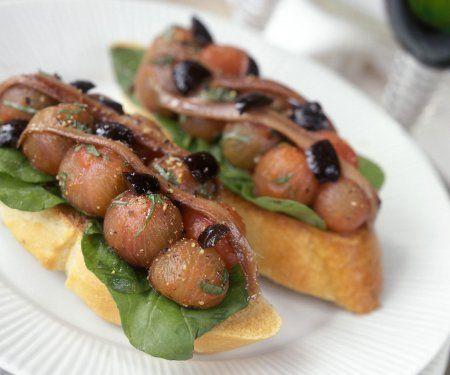 Rezept: Crostini mit geschälten Tomaten, Oliven und Sardinen