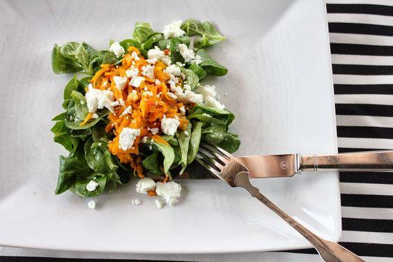 Kürbissalat mit Kürbis, Schafskäse und Feldsalat. Gesund, lecker und figurbewusst. Und hier ist das Rezept  http://wolkenfeeskuechenwerkstatt.blogspot.de/2013/10/kurbissalat.html