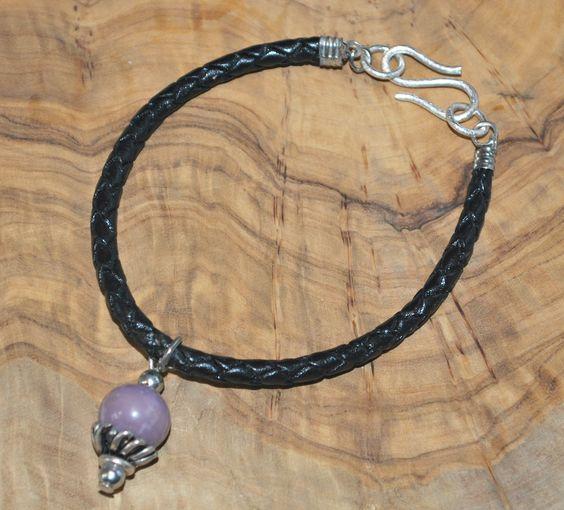 Bracelet en cuir tressé avec brelogue violet.